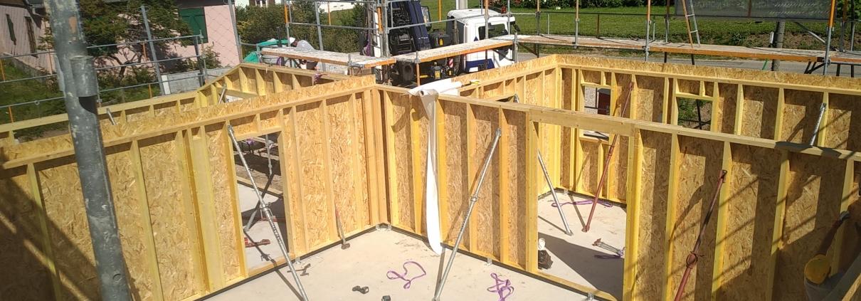 Construction maison ossature bois, montage des cloisons, constructeur haut rhin alsace