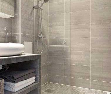 Maison ossature bois, salle de bain, douche italienne carrelage imitation bois